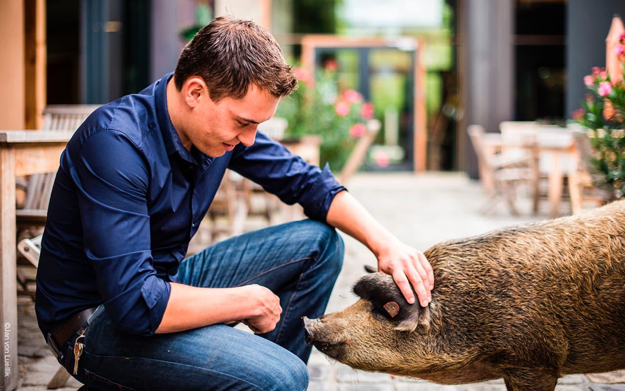 Stefan Krispel mit Wollschwein